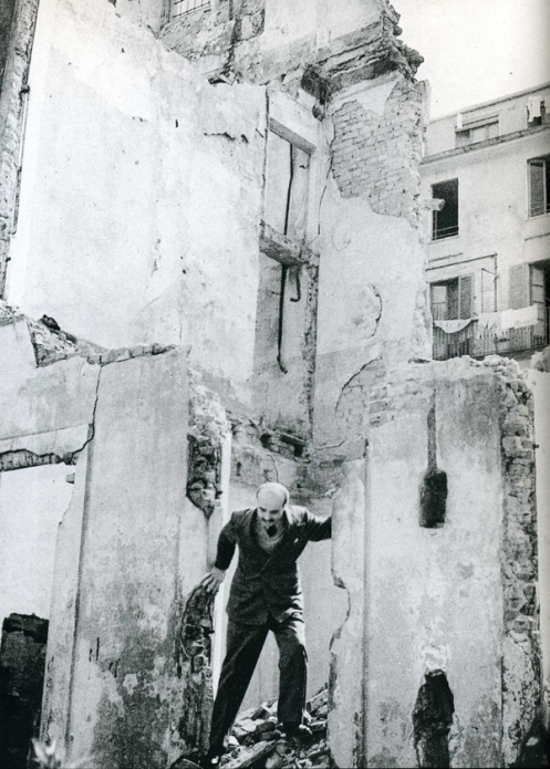 Lucio Fontana in Milan, 1947. Via Fondazione Lucio Fontana, Milan